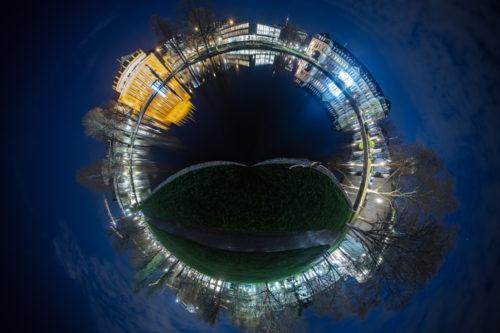 Kleiner Planet aus einer 360 Grad Panorama Fotografie am Schlossgarten in Stuttgart bei Nacht. Zu sehen ist die Staatsoper und der Eckensee
