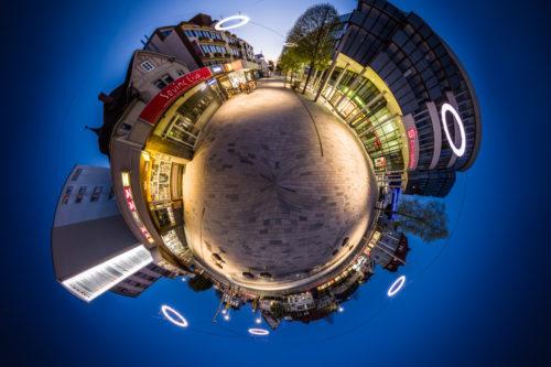 Die Bahnhofstraße in Böblingen als kleiner Planet zur Blauen Stunde