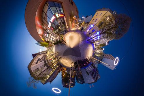 Die Bahnhofstraße in Böblingen als kleiner Planet zur Blauen Stunde. Zu sehen ist das Mercaden Einkaufszentrum am Bahnhof in Böblingen