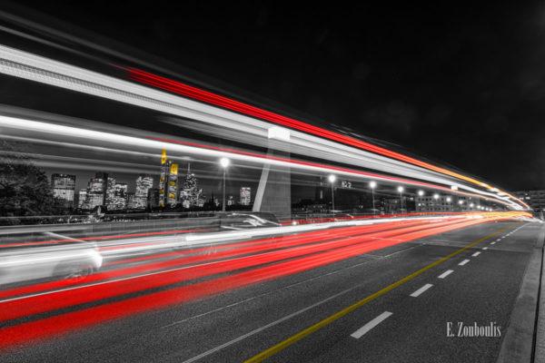 Fotografie an der Alte Brücke in Frankfurt am Main bei Nacht mit Blick auf das Bankenviertel. Schwarz Weiß Bild mit gelben und roten Light Trails des vorbeiziehenden Verkehrs