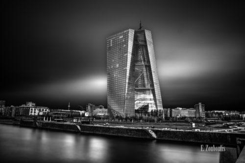 Fotografie am Neubau der Europäischen Zentralbank. Schwarz Weiß Bild in einer Langzeitbelichtung