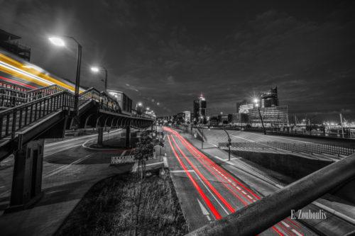Fotografie am Baumwall in Hamburg am Hafen bei Nacht mit Blick auf die Elbphilharmonie. Schwarz Weiß Bild mit gelben und roten Light Trails des vorbeiziehenden Verkehrs