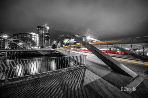 Bild am Sandtorkai in Hamburg am Hafen bei Nacht mit Blick auf die Elbphilharmonie. Schwarz Weiß Bild mit gelben und roten Light Trails des vorbeiziehenden Verkehrs