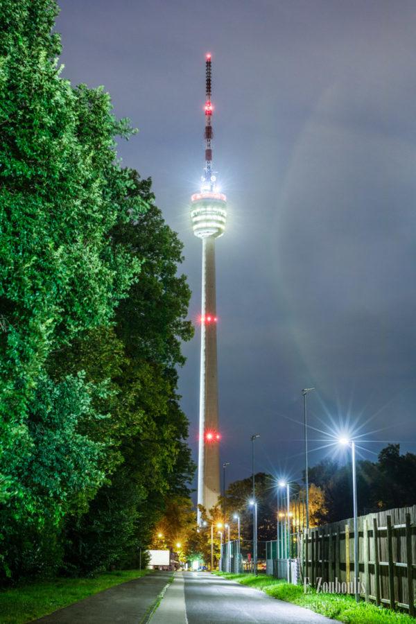 Bild vom Fernsehturm Stuttgart bei Nacht im Hochformat