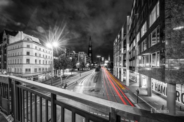 Fotografie am Rödingsmarkt in Hamburg bei Nacht mit Blick auf das Mahnmal St. Nikolai. Schwarz Weiß Bild mit gelben und roten Light Trails des vorbeiziehenden Verkehrs entlang der Willy-Brandt-Straße