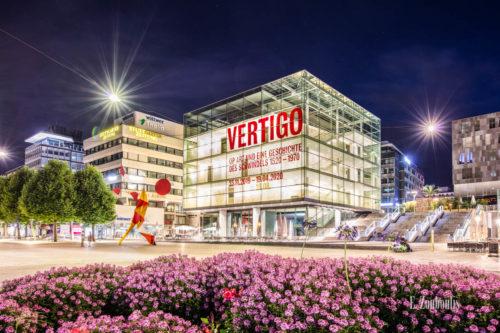 Bild vom Kunstmuseum in Stuttgart am Schlossplatz bei Nacht. Rechts im Bild ist die Freitreppe zu sehen, die zum kleinen Schlossplatz führt.