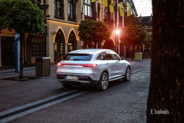 Bild eines Mercedes Benz EQC aufgenommen im Europa Park. Seitliche Ansicht von hinten