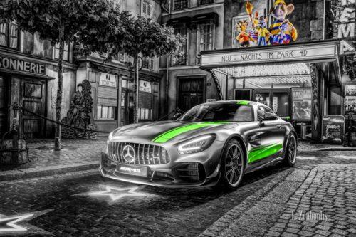 Wandbild eines Mercedes Benz AMG GT R Pro im Europa Park. Schwarzweiß mit farbigen Elementen. Im Hintergrund ist das Europa Park Kino und die Euro Maus zu sehen. Ansicht seitlich von vorne