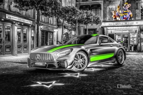 Wandbild eines Mercedes Benz AMG GT R Pro im Europa Park. Schwarzweiß mit farbigen Elementen. Im Hintergrund ist das Europa Park Kino und die Euro Maus zu sehen