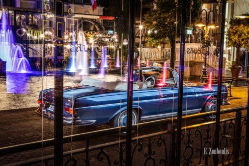 Ein 1971 Mercedes-Benz 280 SE nachts im Europa-Park seitlich von hinten durch die Fenster