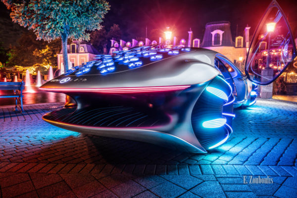 Der Mercedes Vision AVTR nachts im Europa-Park. Fotografie seitlich von hinten mit Blick auf das Heck